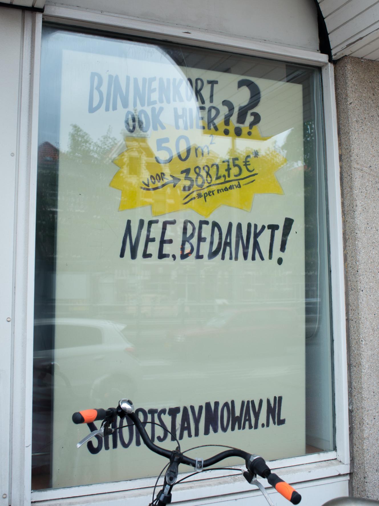 Je ziet een geel bord waar erop staat: Binnenkort ook hier? 50m2 voor 3882,75 € per maand - Nee, bedankt!. Beneden staat 'shortstaynoway.nl'.